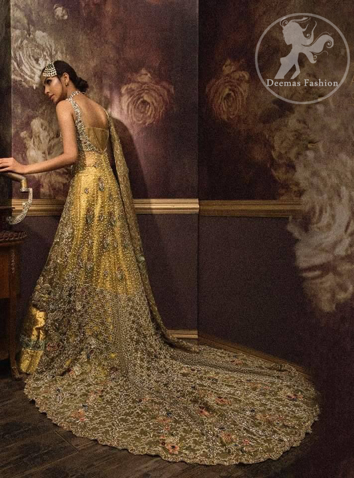 Golden organza lehengha comes with pure crinkle chiffon dupatta having heavy embroidery.