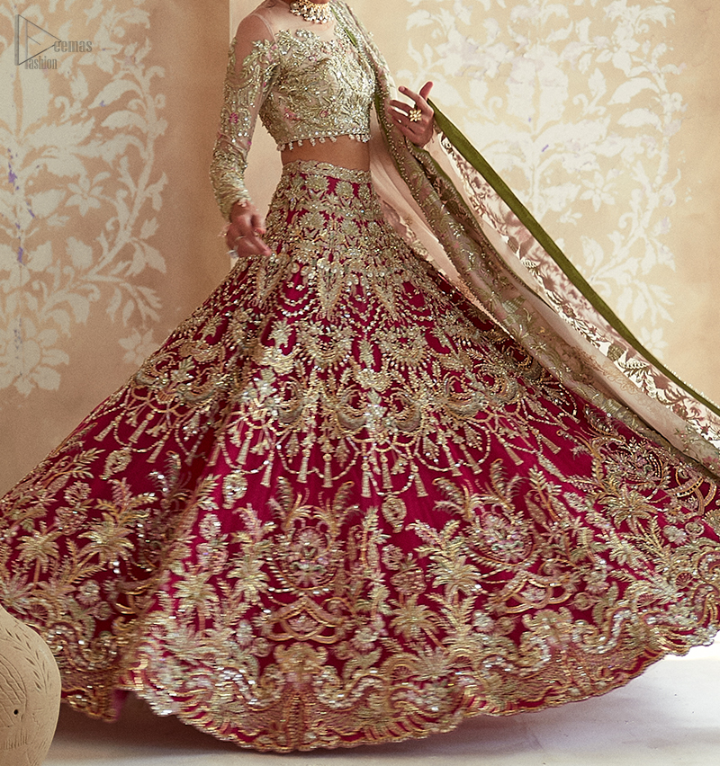 This elegant ensemble turns a timeless piece into a chic fantasy. Best choice for your wedding day.
